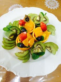 使うフルーツの種類が増えるだけでこんなに華やか。 くり抜いてカットして詰め直すだけなのに、こんなに素敵にしあがりますよ。