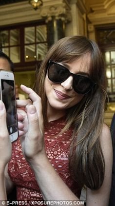 Selfie time! Conscious of the bright weather, Dakota wore trendy oversized round black sunglasses to keep out the glare
