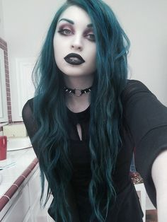 I love everything about this girl look! Teal hair, black lipstick and overall goth feeling. Teal Hair, Green Hair, Violet Hair, Lilac Hair, White Hair, Goth Beauty, Dark Beauty, Goth Makeup, Hair Makeup