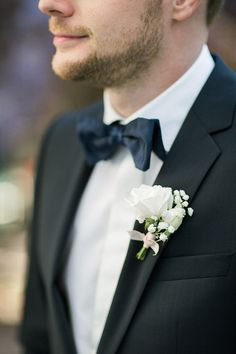 Elegant looks for the groom with a simple and lovely white rose and babys breath boutonniere @weddingchicks