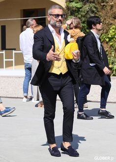A little colour adds a lot of passion Mode Masculine, Old Man Outfit, Smart Casual Wear, Mode Costume, Mens Fashion Suits, Fashion Menswear, Men's Fashion, Well Dressed Men, Suit And Tie