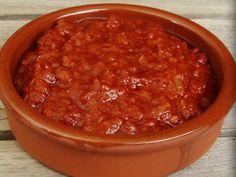 Brava saus: Fruit gesnipperde ui en twee teentjes geperste knoflook in olie. Voeg tl paprika poeder en 3 tl cayenne peper toe, laat even meefruiten. Voeg blik tomaat toe, laat zachtjes aan de kook komen. Maak het mengsel met de staafmixer tot een gladde saus. Voeg 2 el azijn, 2 el suiker en snuf zout toe, roer goed door.