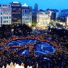 Plaça Catalunya la nit després de l'atemptat a les Rambles. Catalonia square.