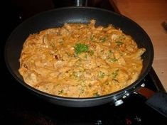 Een super snel recept. En ook: Om je vingers bij af te likken!!!Reepjes kalkoen, snel gebakken in een romige saus met gedroogde tomaten en rode pesto.