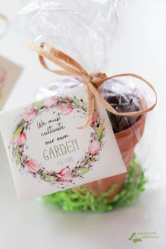 DIY Printable Secular Seed Packets for Easter Celebrate the Easter season – give the gift of life with these DIY Craft Gifts, Diy Gifts, Ben Y Holly, Easter Gift For Adults, Ostern Party, Easter Season, Garden Theme, Easter Baskets, Gift Baskets