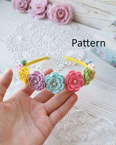 Crochet Flower Headbands, Crochet Headband Pattern, Crochet Flowers, Crochet Hair Accessories, Easter Crochet Patterns, Crochet Disney, Crochet Bookmarks, Crochet Girls, Diy Hair Bows