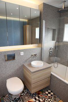 retenir la  baignoire douche et la configuration pour une petite pièce