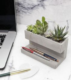 Concrete Desktop Planter by Kikkerland Design! Head to for more amazing projects! Cement Art, Concrete Crafts, Concrete Projects, Concrete Planters, Diy Projects, Beton Design, Concrete Design, Concrete Furniture, Concrete Lamp