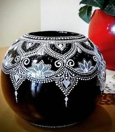puntillismo, dot art point to point Pottery Painting Designs, Pottery Designs, Paint Designs, Mandala Art, Mandala Painting, Painted Gourds, Painted Pots, Glass Bottle Crafts, Bottle Art