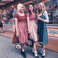 Freundinnen Girls stylejunction Dirndl Cocovero Trachten Blondine Brunette bff Mädchen