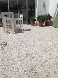 New Wall Tiles Stone Pebble Floor Ideas Pebble Driveway, Pebble Patio, Patio Tiles, Patio Flooring, Garden Tiles, Pebble Stone Flooring, Pebble Floor, Outdoor Spaces, Outdoor Living