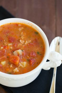Manhattan Clam Chowder - hearty and full of flavor! - will make this vegetarian by swapping tempeh for the clams, vegetable broth seasoned with chopped nori for the clam juice, and a touch of liquid smoke with 1 t. earth balance for the bacon. Clam Chowder Recipes, Clam Recipes, Chowder Soup, Corn Chowder, Seafood Recipes, Soup Recipes, Cooking Recipes, Recipies, Manhattan Clam Chowder Recipe Crock Pot
