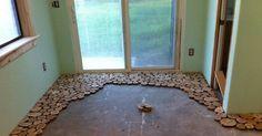 De legger små treskiver på sitt kjedelige gulv – men VENT til du ser det ferdige resultatet!