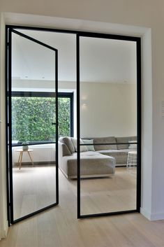 Smeedijzer - Jacobs Parket en Interieur Wrought iron - Jacobs Parquet and Interior Black Interior Doors, Interior And Exterior, Interior Glass Doors, Home Interior Design, Modern Interior, Steel Frame Doors, Decoration Inspiration, Modern Door, Internal Doors