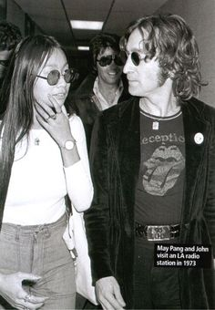 It's not very uncommon to see a person wearing a Rolling Stones tongue logo shirt until I came across this cool photo of John Lennon wearing his very own Rolling Stones shirt. John Lennon Beatles, The Beatles, Jhon Lennon, Beatles Photos, The Lost Weekend, Happy Birthday John, Rolling Stones Shirt, The Fab Four, Wife And Girlfriend