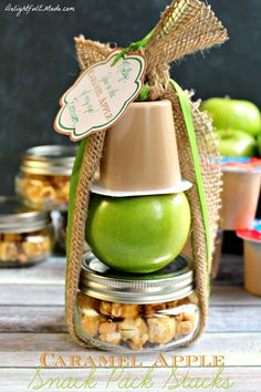 These Caramel Apple Snack Pack Stacks made with Caramel Snack Pack Pudding cups and paired with an apple and caramel Crunch and Munch make the perfect fall treat! Caramel Crunch, Salted Caramel Fudge, Caramel Apples, Caramel Pudding, Apple Caramel, Jar Gifts, Food Gifts, Snack Pack Pudding, Pudding Cup
