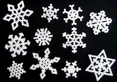 Copos de nieve con cuentas hama - Manualidades Gratis