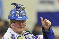 Hokejisté Komety oslavili výhru zabalení do papíru - iSport. Fans
