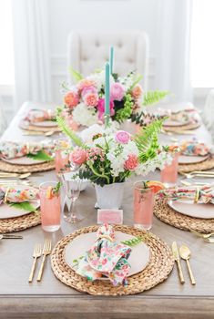 Floral & Fern Summer Tablescape decorating front porch Tips to Set a Gorgeous Floral Summer Tablescape Summer Table Decorations, Table Centerpieces, Diy Easter Decorations, Birthday Table Decorations, Wedding Centerpieces, Wedding Decorations, Deco Candy Bar, Decoration Evenementielle, Beautiful Table Settings
