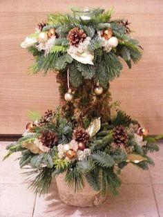 Berken pot met kerststakken en stokken met spagnum bekleed met daarop een 2e kerststukje met theelichtje met verschillende kerstdeco 50 cm h...