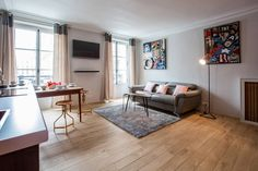 2 bedroom flat with sofa bed in Madeleine. Can accommodate 6 guests. Lovely copper touches.