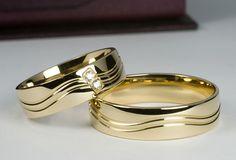 Klasyczne złote obrączki przyozdobione delikatną błyszczącą falą i dwoma brylantami. Wzór firmy Złoty Skorpion O122. Na życzenie klienta zmieniono kolorystykę z koloru białego na żółty. Engagement Rings Couple, Promise Rings For Couples, Couple Rings, Vintage Engagement Rings, Rings For Men, Elegant Wedding Rings, Gold Wedding Rings, Gold Ring Designs, Titanium Wedding Rings