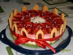 Tous les ans pour son anniversaire ma fille me réclame un gâteau à la fraise. L'année dernière je lui avais fait un fraisier classique , mais cette année je voulais lui faire un gâteau un peu différent avec plusieurs couches, mais forcément avec une dominante...
