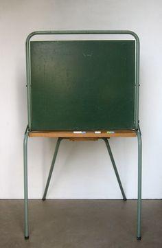 Tableau école - en CM2, qd on faisait des dictées, un élève passait derrière le tableau puis sa dictée était dévoilée à toute la classe au moment de la correction... Redoutable...