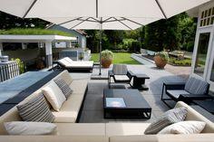 In deze tuin staat loungen centraal. Op het verhoogde terras staan loungebanken en ligbedden.