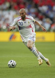 Zinedine Zidane of France runs with the ball during the FIFA World Cup Germany 2006 Semi-final match between Portugal and France at the Stadium Munich on July 2006 in Munich, Germany. French Soccer Players, Best Football Players, Good Soccer Players, World Football, Football Jerseys, Football Things, Football Wall, Zinedine Zidane, Ballon D'or