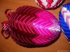 106383501_Elochnuye_igrushki_iz_atlasnuyh_lent_v_tehnike_ARTISHOK__22_ (700x525, 451Kb) Quilted Ornaments, Christmas Bulbs, Holiday Decor, Lent, Home Decor, Homemade Home Decor, Christmas Light Bulbs, Decoration Home, Interior Decorating