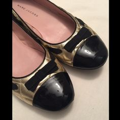 MARC JACOBS ballerina women's flat shoes Marc Jacobs ballet flats in a very good conditions. Gold/Black. I only wear it for a couple of times. Size 40 which is our 10. So darling! Stand out with the classy look of these flats ❤️ Leather upper and leather lining. Round shinny toe with cute black bow tie in front. Lightly padded insole. Quilted gold leather. Imported Marc Jacobs Shoes Flats & Loafers