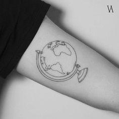 Tatuaje de un globo terráqueo en el interior del brazo izquierdo.