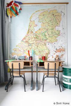 kids room - map wall with vintage school desks Inspiration For Kids, Room Inspiration, Interior Inspiration, Old School Desks, School Kids, Teintes Pastel, Deco Kids, Kid Desk, Desk Set