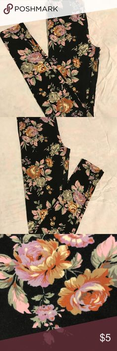 Flower Leggings🌹🌸🌺🌷 These leggings are from Forever 21 Black background with flowers Forever 21 Pants Leggings