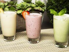 Receta de Serie de Smoothies | Deliciosas recetas de smoothies para comenzar el día de manera saludable. Un smoothie de frutas del bosque con plátano, jugo de naranja y yoghurt. Un smoothie de albahaca, yoghurt y limón. Y un smoothie de crema de cacahuate, plátano y yoghurt.