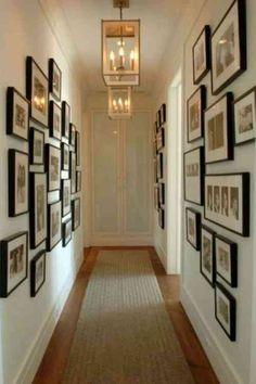 couloir étroit bordé par des photos encadrées