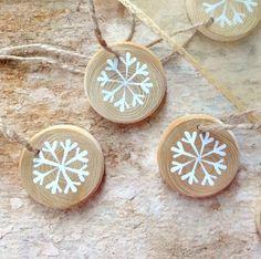 VLOČKY+-+Zlato+-+bílé+-+malované+součky+2.+Malované+dřevěné+smrkové+suky+-+,,Vločky,,+Velikost+35+x+5+mm+Půvabná+a+působivá+zimní+dekorace,na+Váš+stromeček,vánoční+stůl,dáreček+pro+blízké,kteří+už+mají+,,všechno,,,dekorace+na+okno,či+drobnost+k+dárkům....+Lakováno+z+malované+strany+Cena+je+za+celou+sadu+-+5+kusů.+Baleno+dočerveného+organzového+pytlíčku.