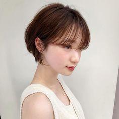 シースルー前髪とニュアンスもみあげが可愛い丸みショート|銀座の美容室ドライブ フォーガーデン(drive for garden )スタイリスト今野 佑哉のヘアスタイル・髪型・ヘアカタログ|LALA[ララ] Japanese Short Hair, Asian Short Hair, Short Hair Cuts, Bob Hairstyles For Fine Hair, Pretty Hairstyles, Wedding Hairstyles, Short Hair Undercut, Undercut Hairstyles, Shot Hair Styles