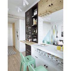 Bom dia!! Cozinha americana charmosinha demais! Nossa amada tinta lousa em composição com os nichos deixou a cozinha mais organizada e prática! E esse tom da madeira? Bem sutil #ahlaemcasa #cozinhaamericana #bancada #tintalousa #nichos #madeiraclara #tonsclaros
