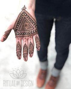 94 Easy Mehndi Designs For Your Gorgeous Henna Look Henna Designs For Men, Tribal Henna Designs, Geometric Henna, Indian Henna Designs, Modern Mehndi Designs, Mehndi Designs For Beginners, Mehndi Design Photos, Beautiful Henna Designs, Mehndi Designs For Fingers