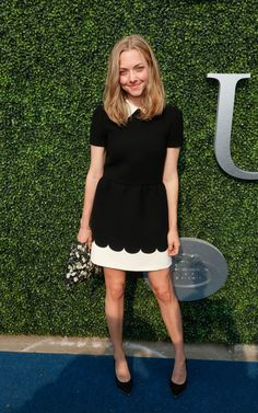 Amanda Seyfried de look p&b Red Valentino no gala de abertura do USTA, que marca o início do torneio de tênis US Open.