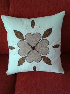 Almofada em path aplique,  algodão e tricoline. Applique Pillows, Sewing Pillows, Wool Applique, Throw Pillows, Quilt Block Patterns, Pattern Blocks, Quilt Blocks, Path Aplique, Cushion Embroidery