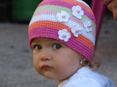 Duhová s kvítky Dívčí háčkovaná čepička pro obvod hlavy 48 - 50 cm. Pro věk 1,5 - 3 roky.