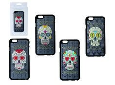 Skull 3D kunststof cover voor iphone 6.  Als je gek bent van skulls dan mag een kunststof cover voor je iphone 6 natuurlijk niet ontbreken. De cover is er in 4 uitvoeringen die je herkent aan de ogen: bloemen, diamanten, sleutelgaten, dollartekens. Maak je keuze bij opties en voeg deze cover aan je skull collectie toe!