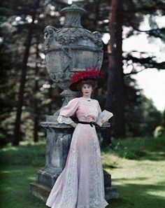 Renowned beauty of the time, Lady Helen Vincent, wife of the diplomat Sir Edgar Vincent, is seen impeccably dressed, posing beside a stone sculpture in 1906 Belle Epoque, Edwardian Era, Edwardian Fashion, Vintage Fashion, 1900s Fashion, Fashion Goth, Albert Kahn, Image Positive, Colorized Photos