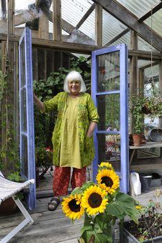 Gudrun Sjödén i sin ateljé i skärgården. /Gudrun Sjödén in her studio. Photo: Viveca Ohlsson/Kulturen