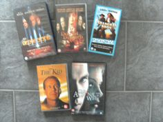 Diverse originele VHS videofilms: - The astronuts's wife - (met o.a. Johnny Depp) - The fifth element - (met o.a. Bruce willis) - Do not disturb -  The kid - (met o.a. Bruce Willis)  Alle films zijn in het Engels en Nederlands ondertiteld. - 1,00 Klein tafellampje in originele doos (alleen geopend voor de foto). NIEUW in verpakking.  - 1,00 € p.st. -