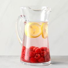 23 Flavored Water Ideas That Will Make You Forget About Soda - Raspberry and Lemon Infused Water Best Flavored Water, Cucumber Infused Water, Flavored Water Recipes, Raspberry Water Recipes, Mint Water, Spa Water, Lemon Water, Fruit Water, Fuzzy Navel