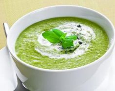 Holistic health coach Eva Fruit shares her recipe for Green Soup, a base made of tomatoes, arugula and zucchini and accented with lemon and chives. Portuguese Soup, Diet Club, Soup Recipes, Vegan Recipes, Recipies, Green Soup, Spinach Soup, Caldo, Detox Soup